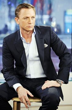 Daniel craig wearing suit without tie Sharp Dressed Man, Well Dressed, Mens Fashion Suits, Mens Suits, Suit Without Tie, Suit No Tie, Fashion Moda, Men's Fashion, Fashion Styles