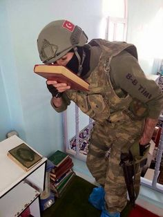 Beda Tentara Turki dan Densus Saat Masuk Masjid