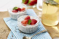 Verrines aux graines de chia et lait de coco #AuchanEtMoi #auchan Coco, Strawberry, Desserts, Chia Seeds, Milk, Recipes, Deserts, Strawberry Fruit, Dessert