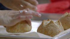 Petits pains maison au fromage | Cuisine futée, parents pressés Quebec, Bread Recipes, Vegan Recipes, Muffin Bread, Baked Goods, Brunch, Biscuits, Muffins, Favorite Recipes