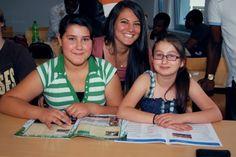 Land der Ideen - Zwei junge Schülerinnen und ihre Mentorin blicken freudig in die Kamera.  - Lernhilfe international    Bei LIVE engagieren sich internationale Studierende als Lernbegleiter für Wormser Schüler.