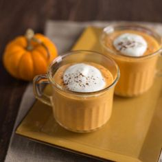 Pumpkin Pie Smoothie - These pumpkin pie smoothies are like all of the pumpkin pie goodness with none of the guilt! (smoothie recipes for kids protein) Smoothie Drinks, Healthy Smoothies, Smoothie Recipes, Pumpkin Recipes, Fall Recipes, Holiday Recipes, Yummy Drinks, Yummy Food, Pumpkin Pie Smoothie