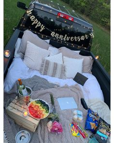 Diy date outdoors. Make a spot in your truck bed for couples night in the backyard. Soirée Pyjama Party, Pyjamas Party, Night Picnic, Picnic Date, Fall Picnic, Summer Picnic, Truck Bed Date, Fun Sleepover Ideas, Sleepover Food