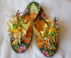 Sandalias decoradas con cintas y flores. Flip Flop Craft, Shoe Makeover, Decorating Flip Flops, Craft Projects, Projects To Try, Make Do And Mend, Knit Shoes, Beaded Sandals, Shoe Pattern