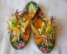 Sandalias decoradas con cintas y flores.