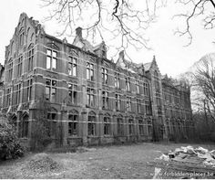 The almost 500-year-old (built in 1628) building has functioned as a castle, a gin distillery, a tobacco factory, and, after World War I, a boarding school for girls financed by the Belgian aristocracy. In 1971, after French education was banned in Flemish regions, the school ceased activities and the building was abandoned. It was demolished in 2010.