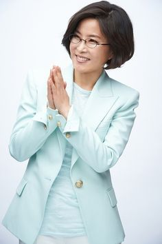 Lee Sun-hee donated $ 100,000 of her profit in concerts to unfortunate neighbors.
