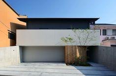House in Fushimi: 設計組織DNAが手掛けたガレージ/物置です。