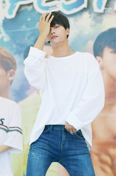 Cha Hakyeon in jeans omg.