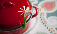 OTOTO keeps pot lid open with whirling flower power clip