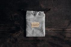 """Льняной мешочек с деревянной нашивкой """"Лучший подарок"""". Подходит для упаковки 3 значков waf-waf. Отправьте ваше послание сразу с подарком адресату в любую точку страны. Сделано в Санкт-Петербурге."""