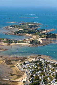 photo aerienne de Carantec, finistere, bretagne. vue sur l ile Callot accessible par une route submersible