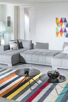 Dir gefallen bei Sofas vor allem die gedeckten Töne, du willst aber dennoch nicht auf Farbe in deinem Wohnzimmer verzichten? Dann versuche es doch mit farblichen Akzenten. Dadurch wird deine Wohnoase zu einem echten Hingucker! Auf leiner.at findest du nicht nur die perfekte Sofalandschaft für dich, sondern Wohnaccessoires ganz nach deinem Geschmack. // Wohnzimmer einrichten // Wohnzimmer Ideen // Interior Trends // Wohnideen // Einrichtungstipps Wohnzimmer // Couch // Polstergarnitur // Sofas, Contemporary, Rugs, Trends, Home Decor, Living Room Ideas, Sofa Set, Home Decor Accessories, Colour