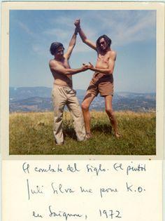 """FRANCIA, 1972. JULIO SILVA Y JULIO CORTAZAR EN SAIGNON, HACIENDO BRAZOS. AMBOS BAUTIZARON A ESTE JUEGO DE FOTOS """"EL COMBATE DEL SIGLO"""""""