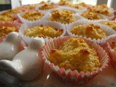 Aprenda a fazer esses bolinhos de coco, são uma delicia INGREDIENTES 3 ovos 150g de açúcar 200g de coco ralado COMO FAZER BOLINHOS DE COCO MODO DE PREPARO Misture todos os ingredientes com uma colher de pau e coloque em forminhas de papel. Leve ao forno até que fiquem cozidos.
