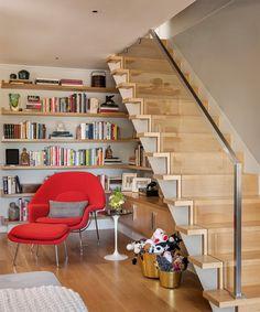 Se você mora em um pequeno sobrado ou até um sobradão é sempre uma ótima ideia aproveitar o espaço que fica embaixo da escada ou nas proximidades dela. Já