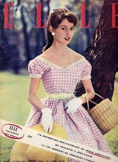 Brigitte bardot, encore brune, en couverture de ELLE en 1955, en robe imprime vichy.