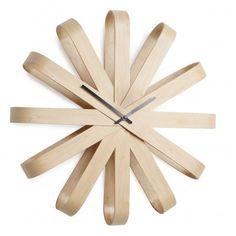Découvrez l'horloge design en bois Rbbon, qui matérialise chaque heure par un palier afin de faciliter la lecture, dans style épuré et pratique.