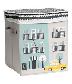 En ihopvikbar förvaringsbox med tryckt mönster. Boxen har lock med överlappande kant och handtag på sidorna. Storlek 30x30x35 cm.