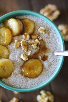 Bananas Foster Chia Seed Pudding: This is more dessert than breakfast since it's boozy, but there's nothing wrong with that! Prepare basic chia seed pudding, then top with caramelized bananas and spiced rum maple syrup. Talk about a happy hour. Healthy Desayunos, Good Healthy Recipes, Healthy Foods To Eat, Healthy Desserts, Healthy Eating, Healthy Yogurt, Healthy Lunches, Banana Foster, Mardi Gras Food