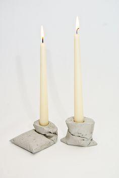 Die Kerzenständer Kappasind ein neues Produkt der Berliner Designwerkstatt LJ Lamps. Jedes Exemplar dieser ungewöhnlichen Kerzenständer fertigen wir mit Präzision und Hingabe.  Die schweren, rohbetonsichtigen Kerzenständer schaffen einen eleganten Kontrast zum warmen Kerzenlicht. Jeder Kerzenständer ist ein Einzelstück und wird von Hand gegossen. Die durch Falten strukturierte Oberfläche sieht bei keinem Kerzenständer gleich aus.  Sie erwerben zwei Kerzenständer.