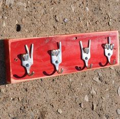 Peace, Love, Rock on, Fork U Vintage forks keys rack Four vintage silver plated forks were bent with a special technique to give you stylish upcycled hooks which are mounted on a solid wood rack that is made out of recycled wood. Screws & predrilled holes in the back board included. The