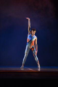 """3º lugar - Balé Clássico - Solo Masculino - Avançada. - Cia de Ballet Adriana Assaf (SP), com a coreografia  """"Berimbau Blue"""". Crédito: Dashmesh Photos/Claudia Baartsch"""
