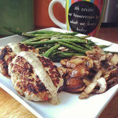 Aquí les dejo una idea para una cena saludable 4 oz de pavo molido tipo hamburguesa sazonado con pimiento, ajo, cebolla y cilantro, por arriba un toque de mostaza dijon y lo acompañas de unas vainitas y champiñones al grill !!! Fórmula perfecta Proteina Vegetales !! #SisePuede #SerSaludable #VoyATi #Padgram