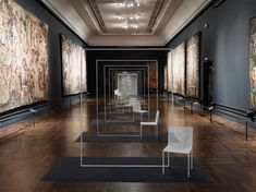 mimicry_chairs / 博物館の中で増殖するチェア