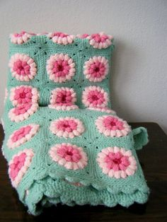 Love this vintage blanket! - sea foam green and pink daisy crocheted blanket Crochet Afghans, Crochet Squares, Crochet Granny, Crochet Blanket Patterns, Granny Squares, Crochet Blankets, Love Crochet, Beautiful Crochet, Vintage Crochet