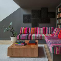 A house with painting and creative colors. Photos by Dwell. (In Portuguese)