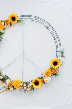 Faux Flowers, Diy Flowers, Diy Craft Projects, Diy Crafts For Kids, Peace Sign Birthday, Diy Wreath, Wreaths, Daisy Party, Hippie Party