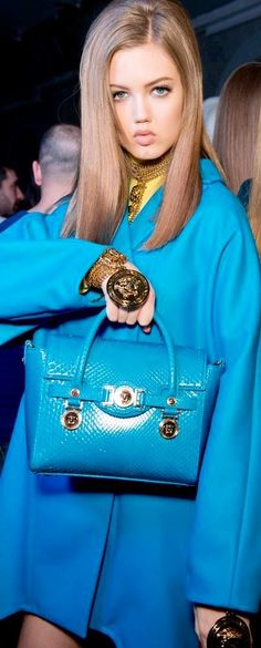 Lindsey Wixson, American model, holding VERSACE Signature bag backstage at the Versace Womens Fall/Winter Fashion Show Blue Fashion, High Fashion, Fashion Show, Womens Fashion, Fashion Bags, Bouchra Jarrar, Bias Cut Dress, Gianni Versace, Couture