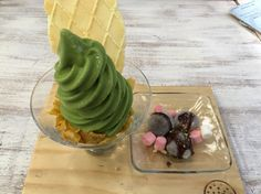 SHIRAYUKI  green tea with crackers and another topping.