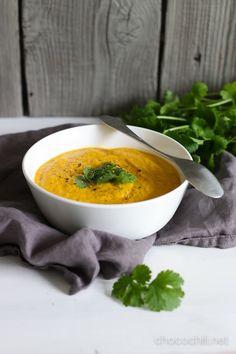 Maapähkinävoi ja soijakerma tekevät porkkanakeitosta samettisen täyteläisen. Tämä keitto syntyi vähän vahingossa eräs arki-ilta neljästä raaka-aineesta, jotka olivat sillä hetkellä ainoat jääkaapista löytyvät syötäväksi kelpaavat asiat: porkkana, inkivääri, maapähkinävoi ja soijakerma. Jalostin keittoa myöhemmin vielä lisäämällä joukkoon valkosipulia, kikherneitä ja tuoretta korianteria. Tämä on aivan huippuhyvä arkisoppa, joka kuitenkin maistuu aivan muulta kuin arkiselta. Syksyn… Lue…