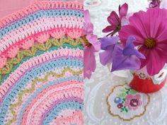 Round Pillow w tulip motif 3 - Haken en meer