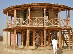 Maison en construction dans la région de Sindh, au Pakistan. Les croisillons de bambous permettent à la structure du bâtiment de résister aux séismes. Et sa surélévation est une parade aux inondations. Yasmeen Lari, architecte