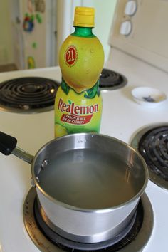 Clean costume jewelry: Add lemon juice (fresh or concentrated) to a pot of water. god knows I have a lot of this stuff! Costume Jewelry Crafts, Vintage Jewelry Crafts, Jewelry Art, Jewellery, Pandora Jewelry, Metal Jewelry, Custom Jewelry, Diy Cleaning Products, Cleaning Hacks