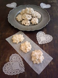 Brutti ma buoni alle nocciole - ricetta toscana Biscotti Cookies, Cannoli, Ricotta, Toscana, Finger Foods, Italian Recipes, Biscuits, Deserts, Food And Drink