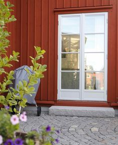 Villa i Träslövsläge. Red Cottage, Front Steps, Timber House, House Extensions, Country Estate, Facade Architecture, Exterior Paint, Windows And Doors, Garden Inspiration