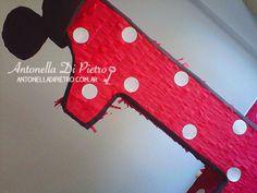 Una linda piñata con el número uno y las orejas de Mickey Mouse http://antonelladipietro.com.ar/blog/2013/05/cumple-mickey/