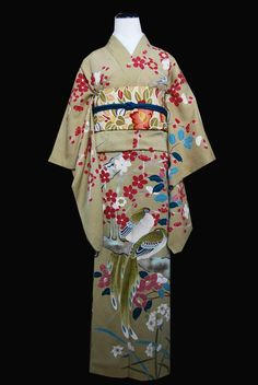 Uguisu ume tsubaki. The perfect kimono for februari! Note: remember that the first half of February is still winter while the last half marks the beginning of spring, so outfits will need to be coordinated appropriately.