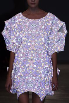 アンリアレイジ(ANREALAGE)の2016年春夏コレクションが、パリファッションウィークの初日である2015年9月29日(火)に発表された。テーマは、光を反射することを意味する「REFLECT」。...