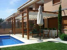 jardín con piscina y lugar de descanso bajo la pérgola