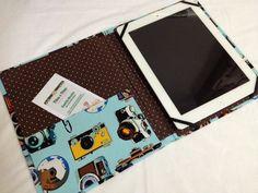 Capa para Ipad ou Tablet feito em cartonagem revestido com tecido Importado 100% algodão.  O aparelho fica preso por elásticos à capa. O fechamento é feito por elástico.  Produto feito sob encomenda nas dimensões do seu aparelho.