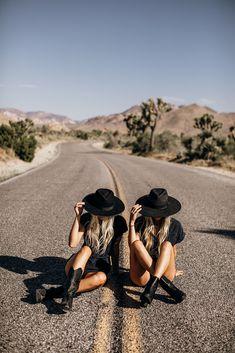Road Photography, Girl Photography Poses, Friend Photography, Best Friends Shoot, Best Friend Pictures, Friendship Photoshoot, Desert Aesthetic, Teen Photo Shoots, Summer Deserts