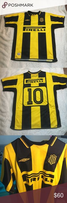⚫️Peñarol Uruguay Soccer Jersey This is a Peñarol Umbro Uruguay Soccer Jersey from between 2001 and 2006. Pirelli, the eternal sponsor of Inter Milan, is present in this shirt that resembles a bee.This is official team product w/embroidered Umbro logo and Peñarol badge on chest. Minor flaw on right side near sleeve and slightly pulled fabric as shown in photos, otherwise in fantastic condition! Such a unique piece for a collector or anyone who loves soccer! #uruguay #soccer #penarol #jersey…