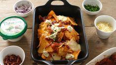 Recept voor Nachos uit 't Hart! Nachos met kaas, uitgebakken spekjes, kruidenroomkaas en tomatensalsa #nachos #nachosuitthart #breda #borreltijd #ovenschaal #worstenbroodenwijn | www.worstenbroodenwijn.nl Pizza Wraps, Tortilla Chips, Nachos, Cauliflower, Hart, Mexican, Healthy Recipes, Healthy Food, Vegetables