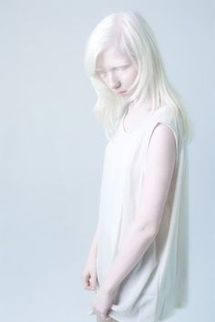 Albino by Anna Danilova So beautiful in her own right. Modelo Albino, Geek House, Pretty People, Beautiful People, Albino Girl, Half Elf, Albino Model, Portrait Photography, Fashion Photography