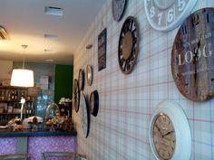 Con H de Harina es una cafetería, panadería y pastelería abierta en 2011 con un estilo romántico vintage, con tonos pastel y flores, plasmado en cada rinconcito de la cafetería, desde paredes, armarios, complementos, mesas, sillas, tacitas… con la posibilidad de comprar algunos de los complementos que se exponen.